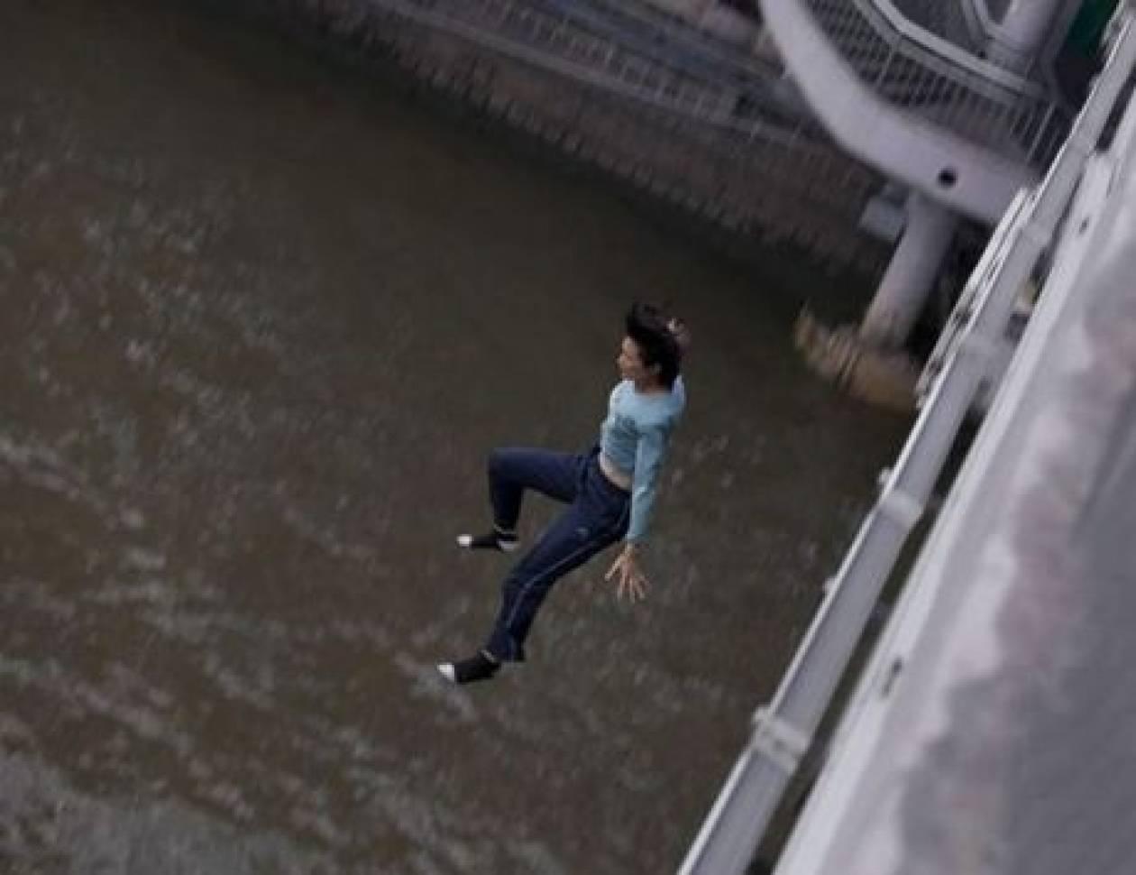 ΣΟΚ: Η στιγμή που η 31χρονη πήδηξε από γέφυρα ύψους 15 μέτρων