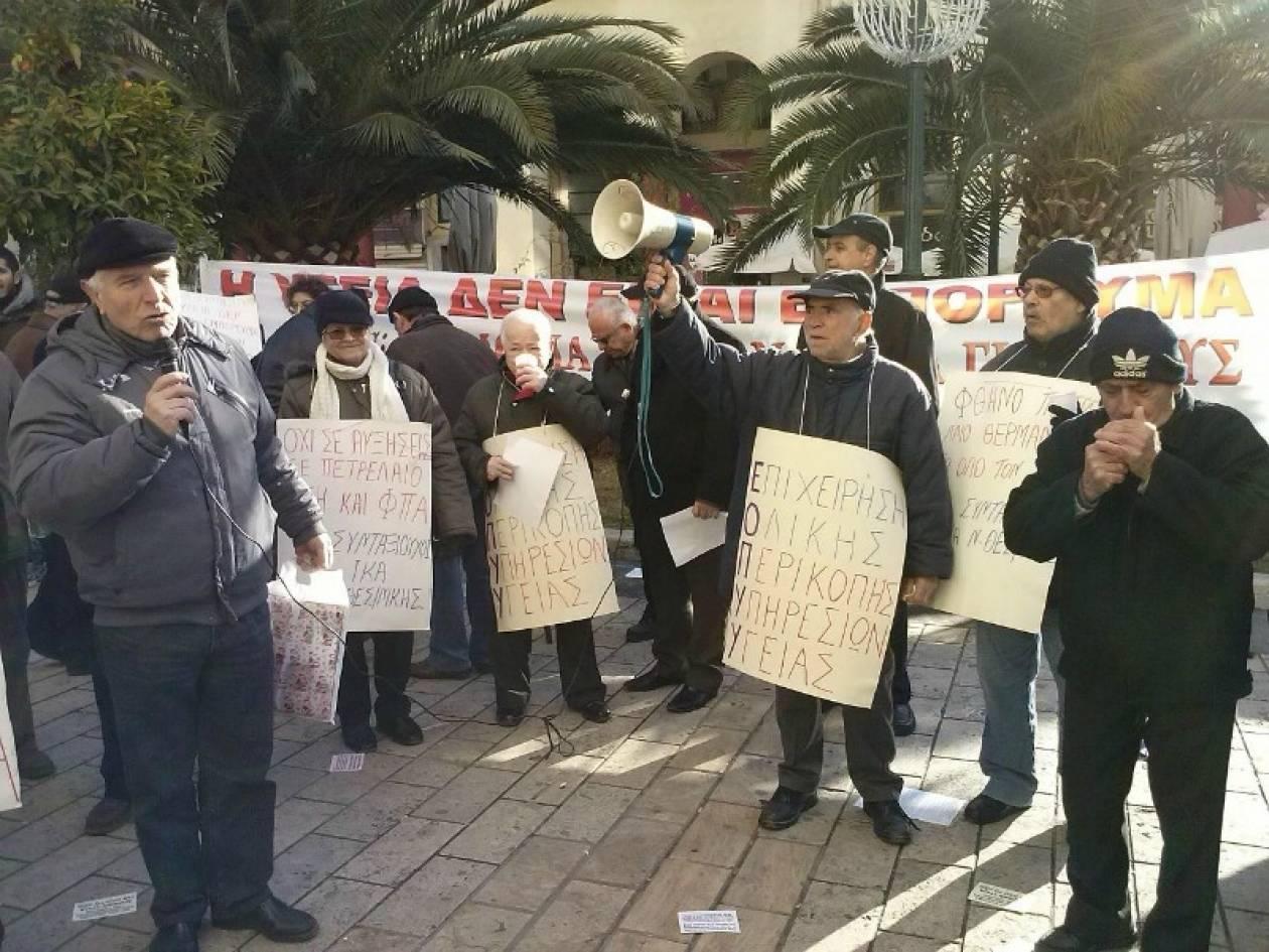 Βίντεο: Συνταξιούχοι διαμαρτύρονται με... μελομακάρονα