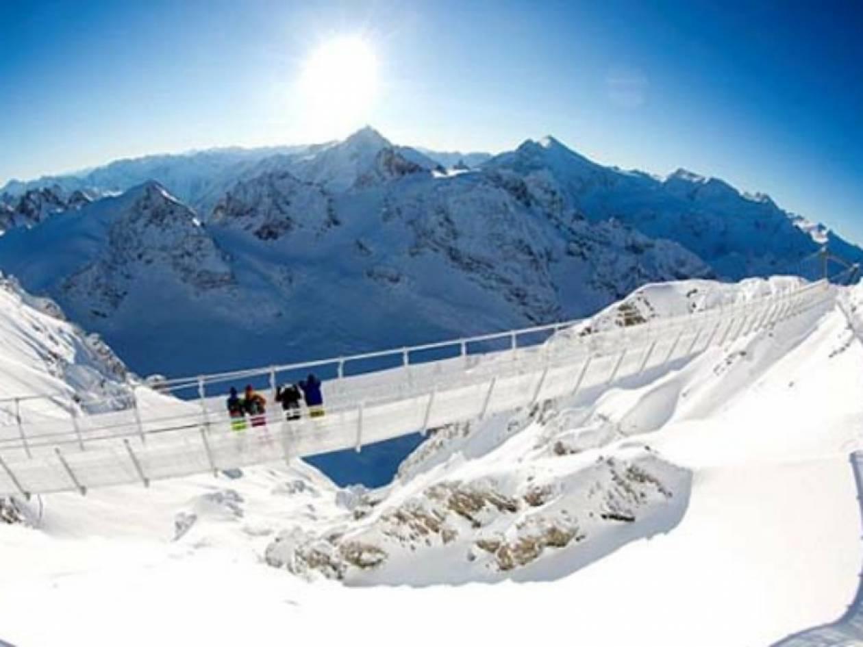Εντυπωσιακό: Περπατώντας...στο κενό πάνω από τις Άλπεις