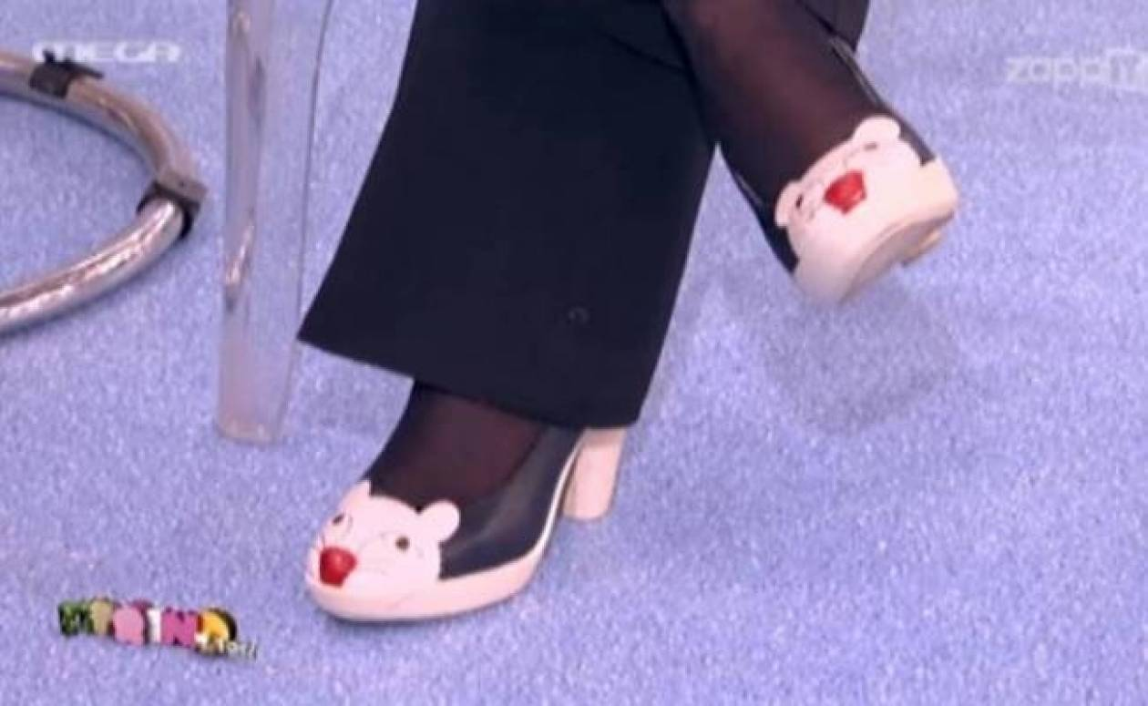 Ένα γατάκι στα... πόδια της!
