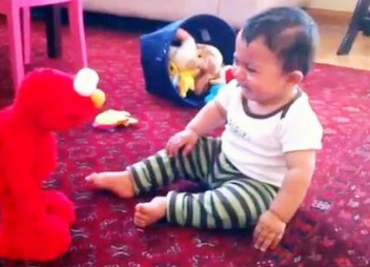 'Οταν ο...Έλμο κάνει έξαλλα τα μωρά! (απίθανο βίντεο)