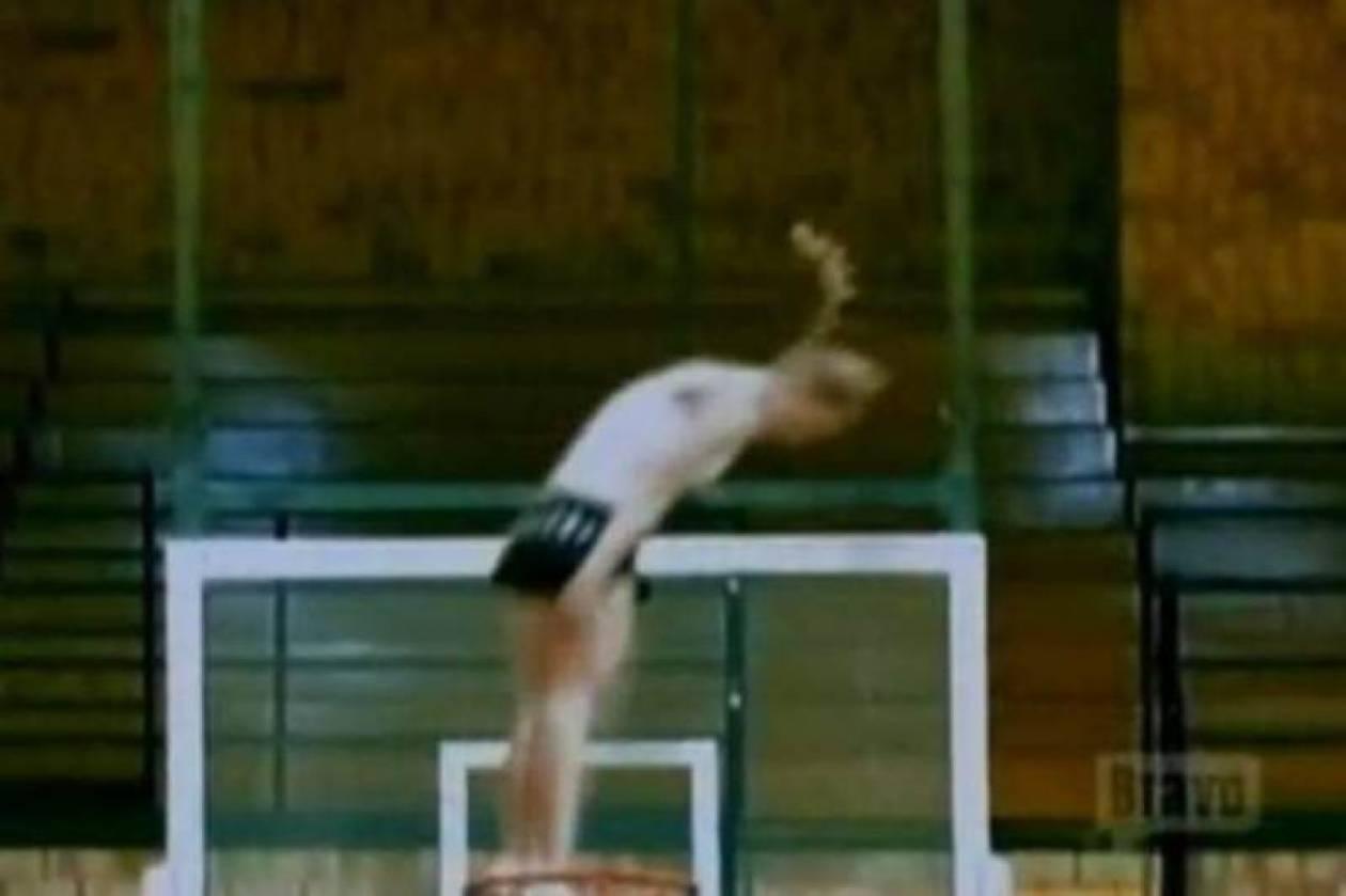 Eκπληκτικό: H κοπέλα μπήκε... καλάθι (video)