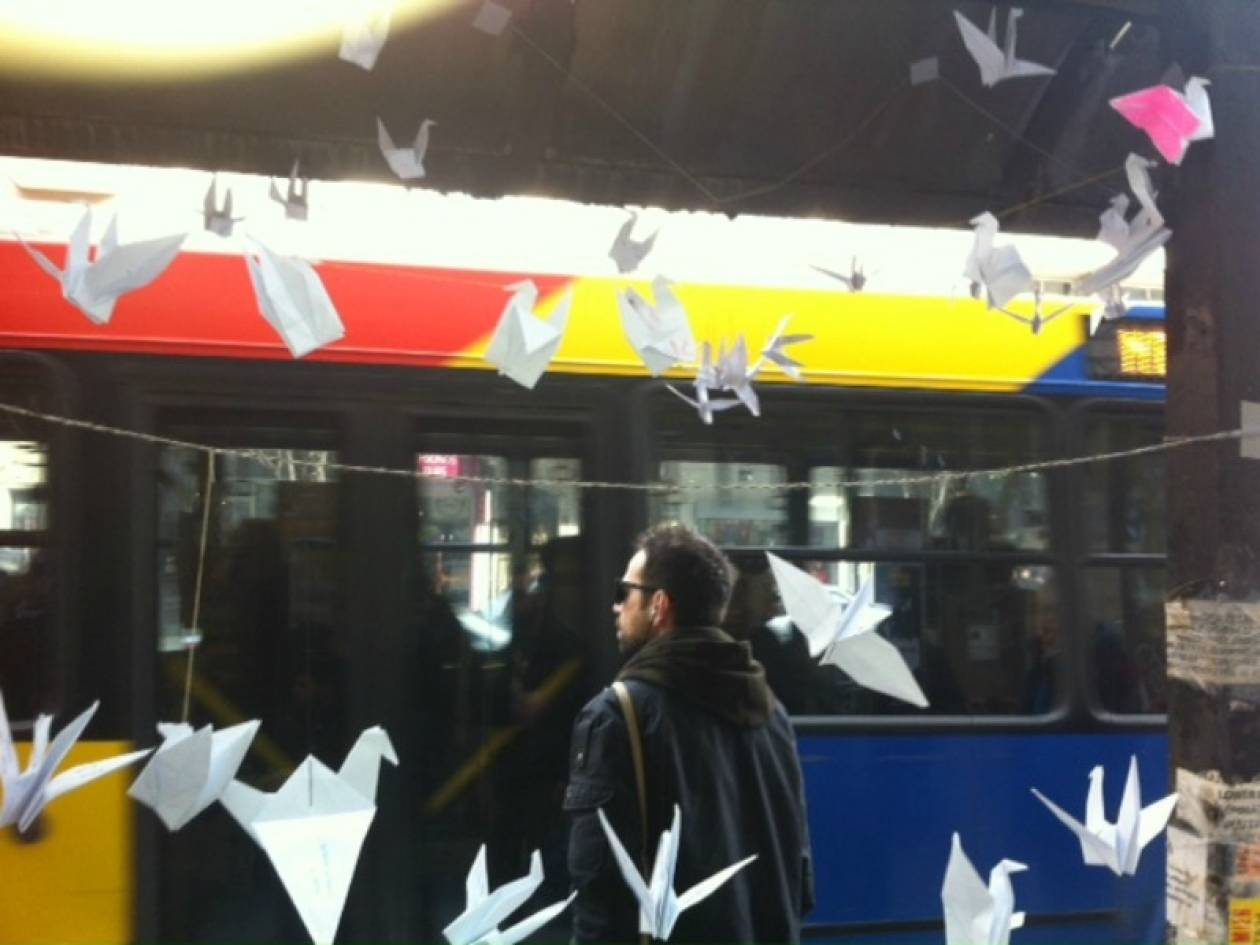 Δείτε τί κρέμασαν σε στάση λεωφορείου (φωτο)