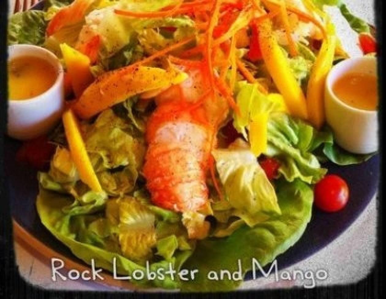 Εξωτική (αλλά εντελώς γιορτινή) σαλάτα με αστακό και μάνγκο
