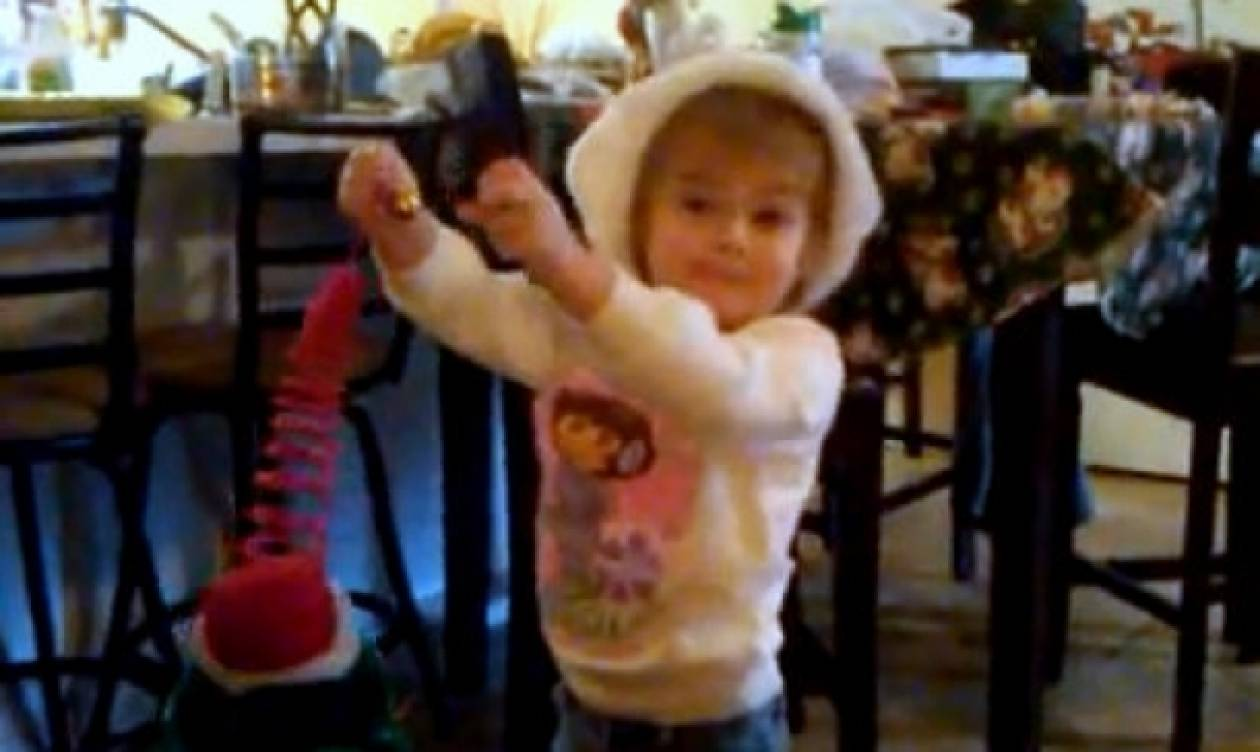 Βίντεο: Κοριτσάκι προσπαθεί να τραγουδήσει τα κάλαντα!