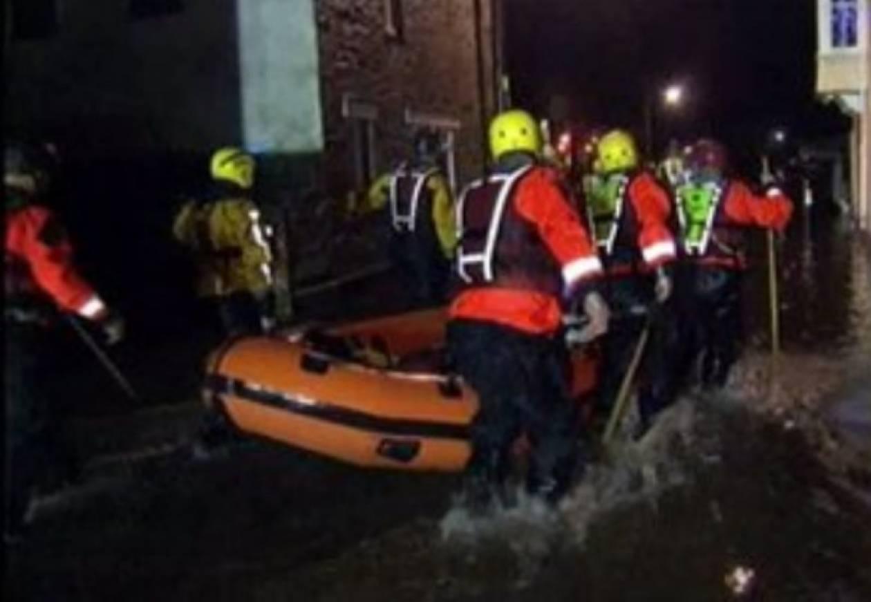 Με βάρκες απομάκρυναν κατοίκους πλημμυρισμένων σπιτιών!(pics)