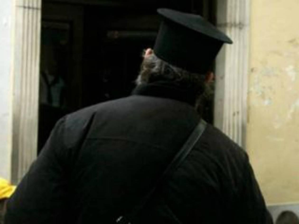 Σάλος στην Πάτρα με τον παπά που διώχνει πιστούς από την Εκκλησία