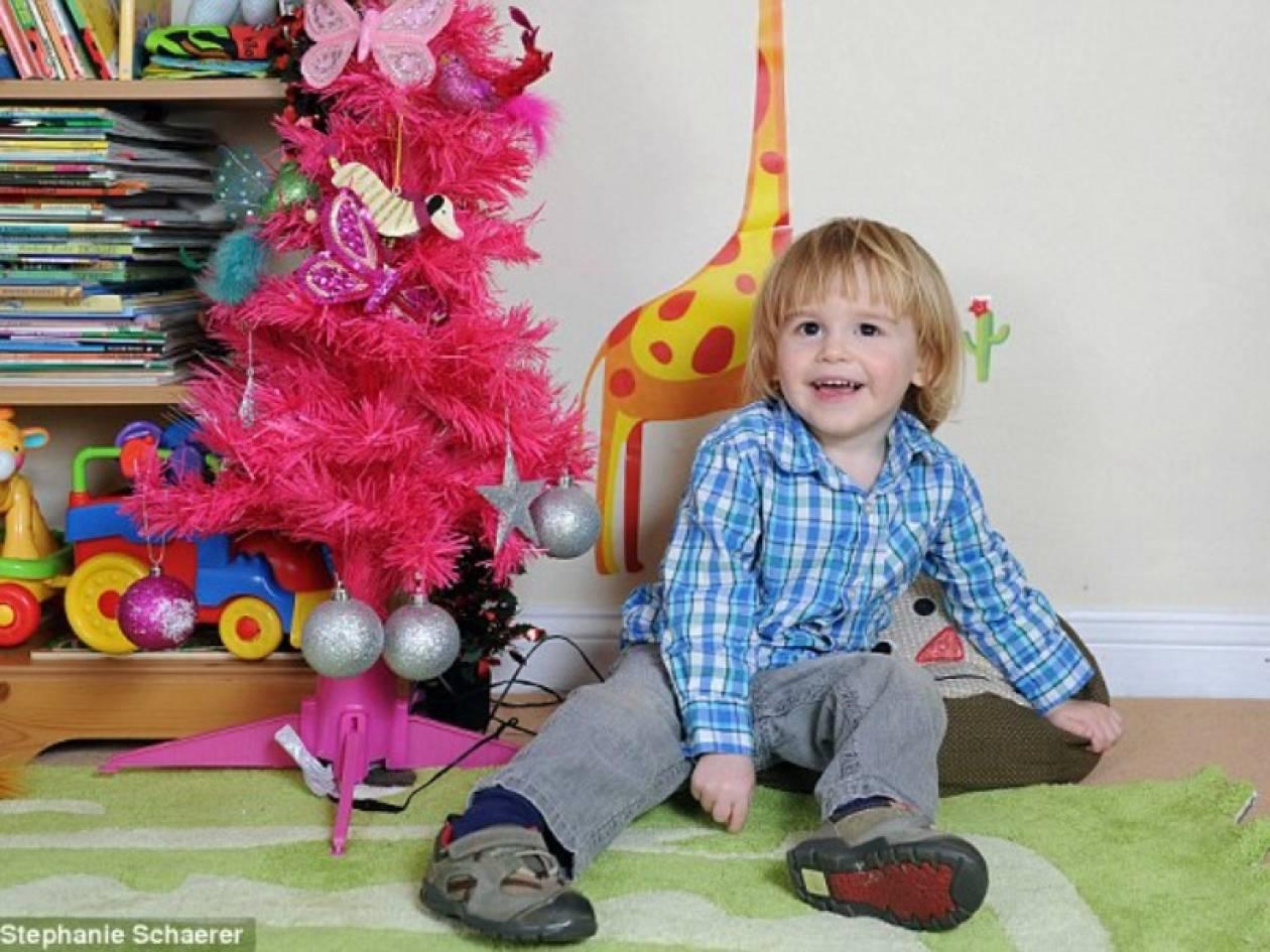 Το 2χρονο αγοράκι που έχει αλλεργία στα Χριστούγεννα