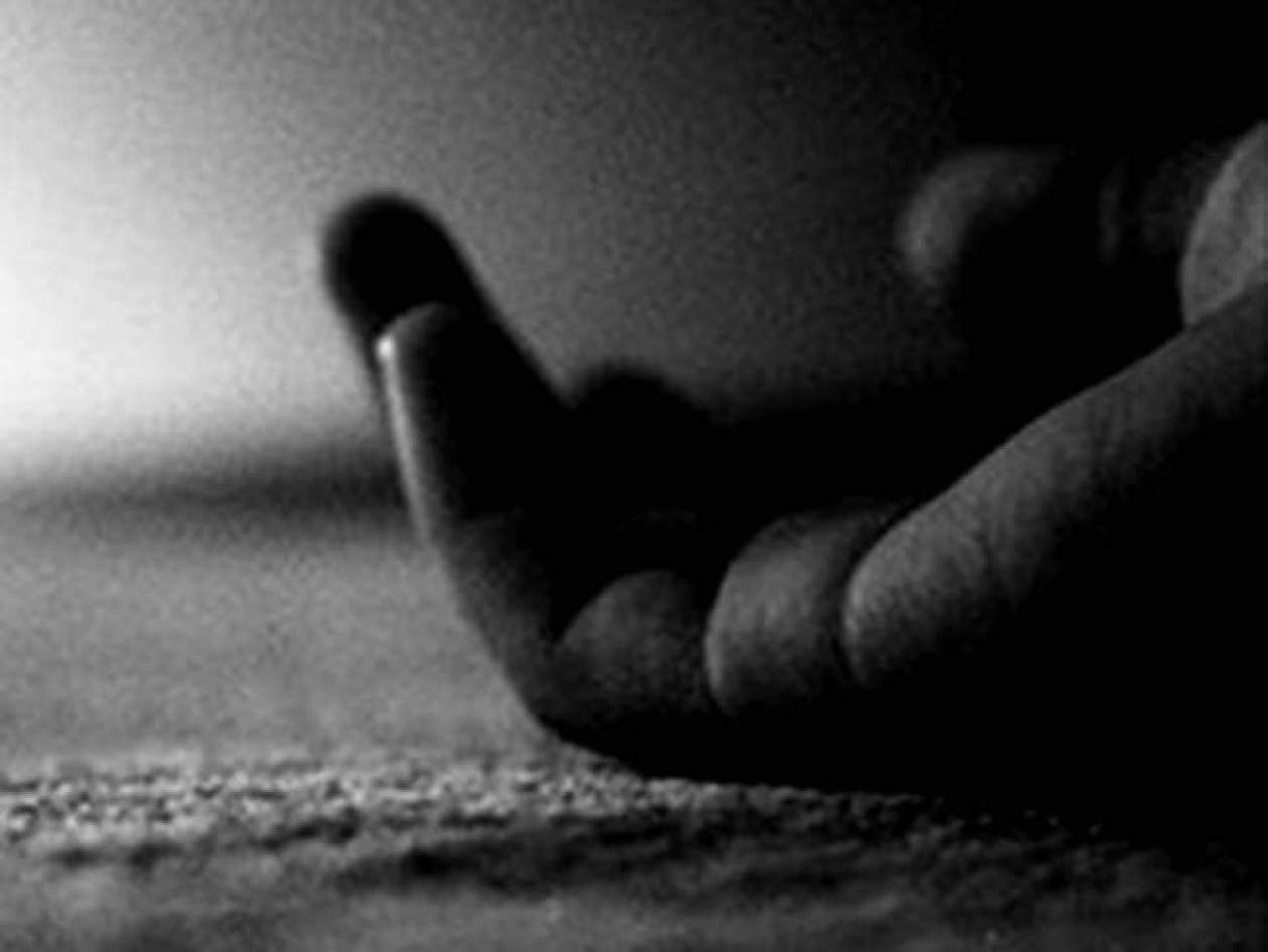 Σοκ: 25χρονος κλείστηκε στην τουαλέτα και πήρε μία χούφτα χάπια