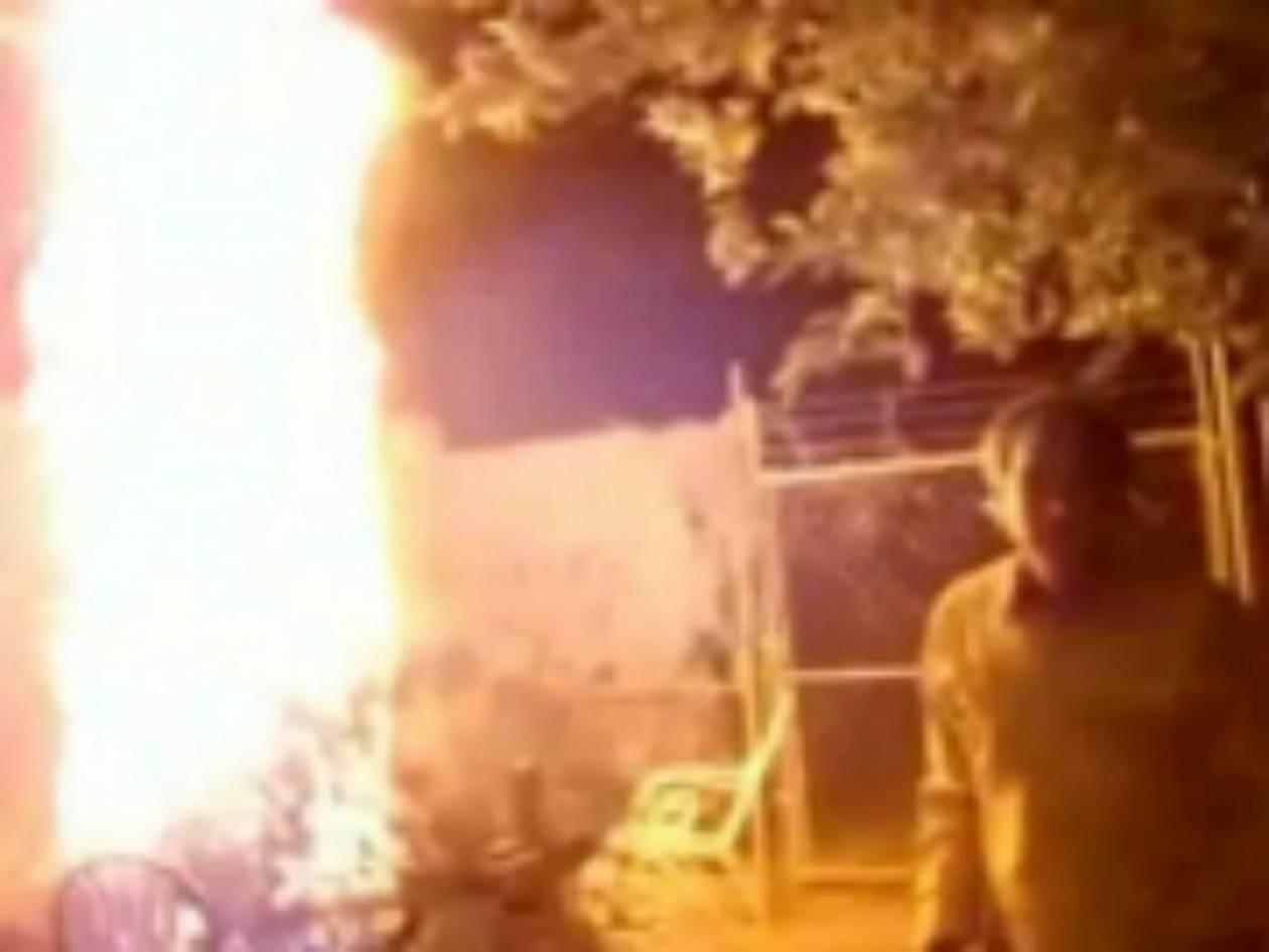 Βίντεο: Μεθυσμένος βάζει φωτιά στο Χριστουγεννιάτικο δέντρο!