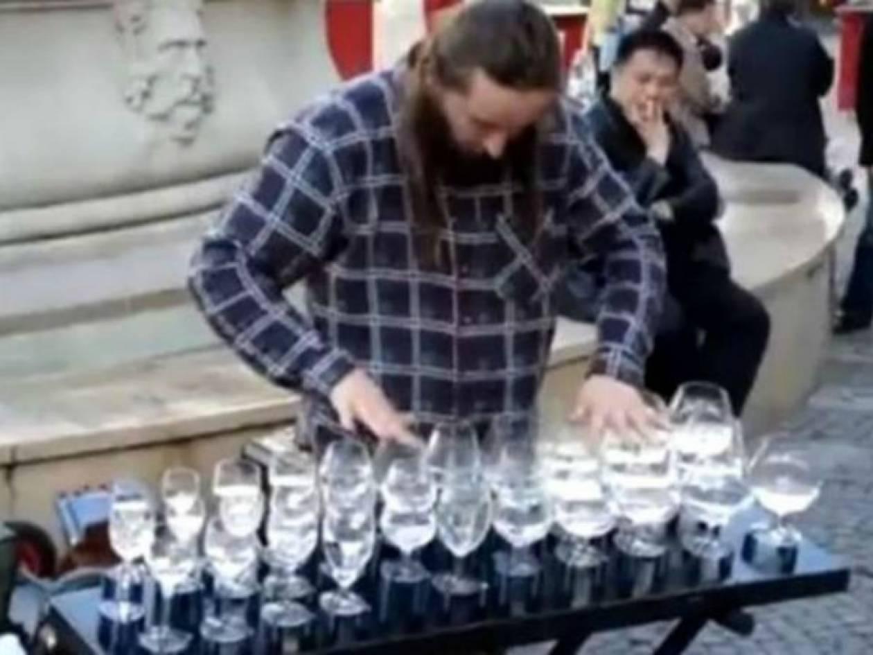 Eκπληκτικό: Πώς να παίξεις μουσική με... ποτήρια! (video)