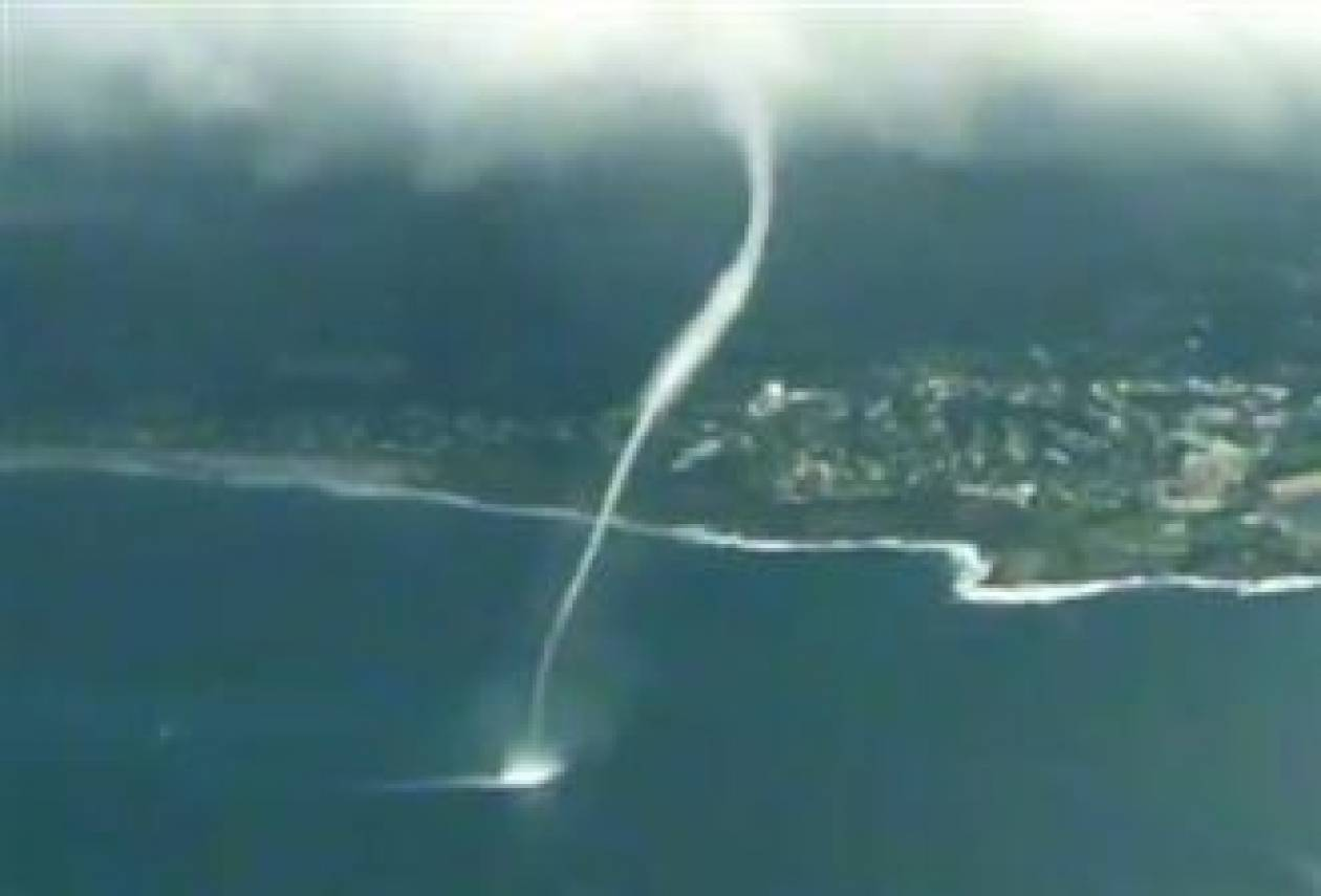 Βίντεο: Ανεμοστρόβιλος στη θάλασσα