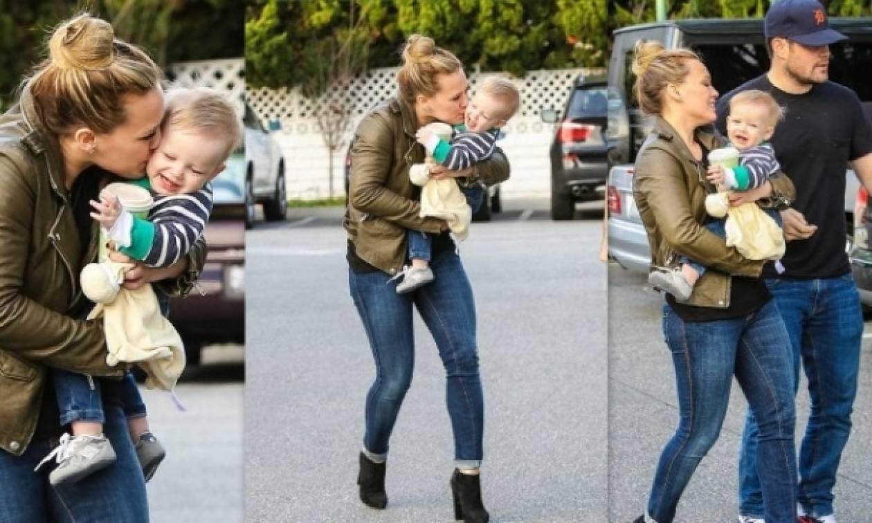 Τα τρυφερά φιλιά της Hilary Duff στον γιο της