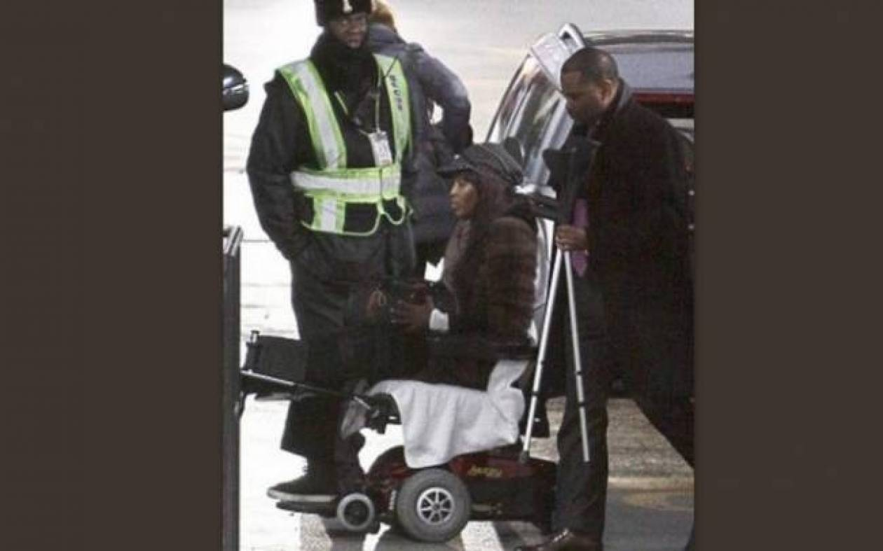 Η Naomi Cambel σε αναπηρικό καροτσάκι