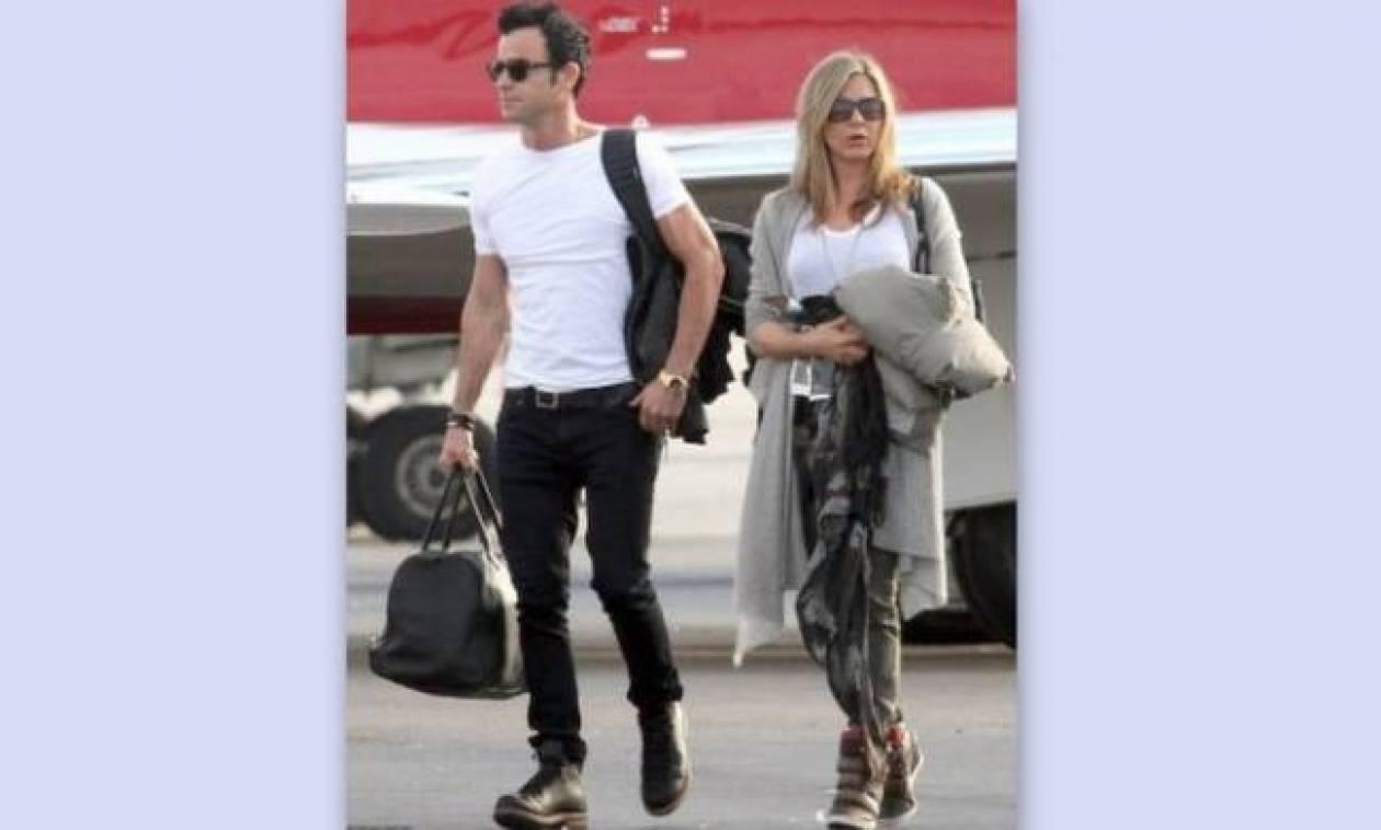 Jennifer Aniston: Κρύβει την κοιλίτσα με το παλτό