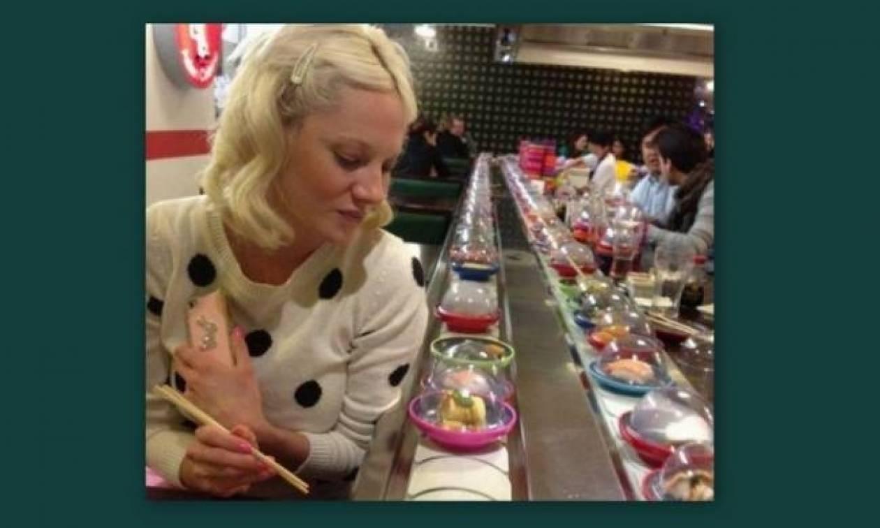 Η Τζούλια, το κοκαλάκι στα μαλλιά και το ντύσιμο παρθεναγωγείου!