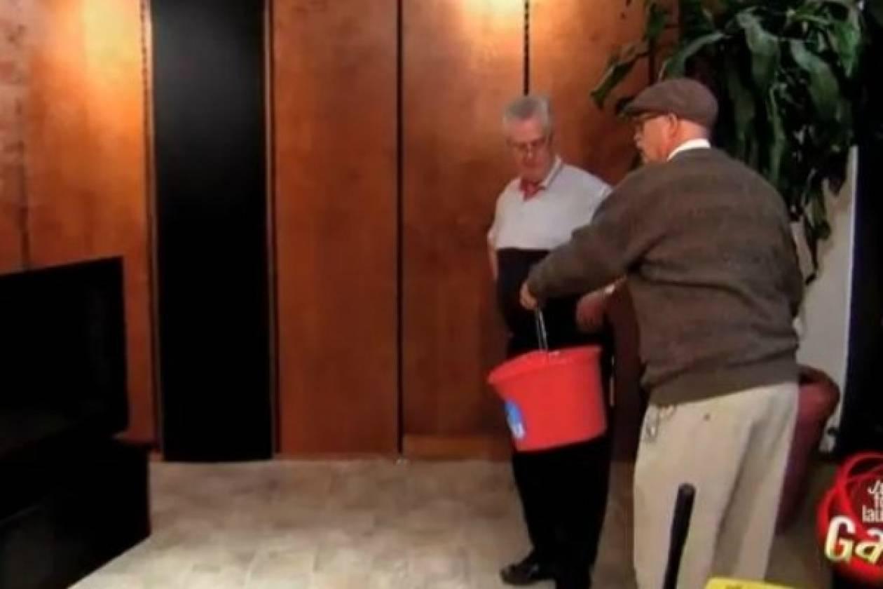 Απίθανη φάρσα: Ηλικιωμένος σβήνει τη φωτιά... της τηλεόρασης (vid)