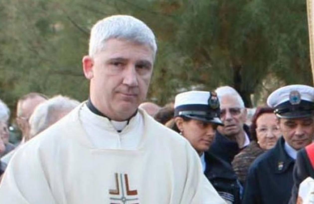 Αμετανόητος ο ιερέας που κόλλησε αντιφεμινιστική αφίσα σε εκκλησία
