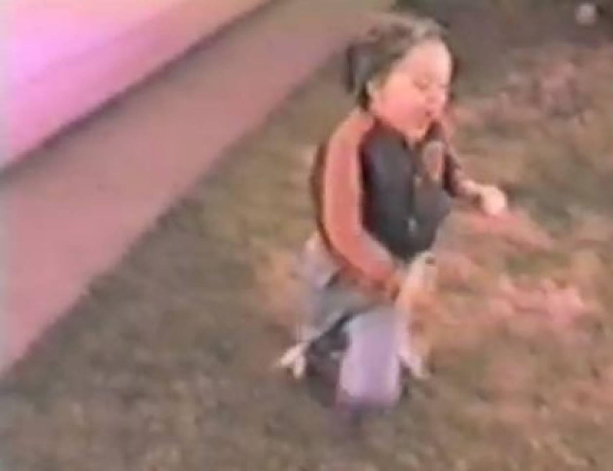 Βίντεο: Σκύλος βάζει τρικλοποδιά  σε αγόρι
