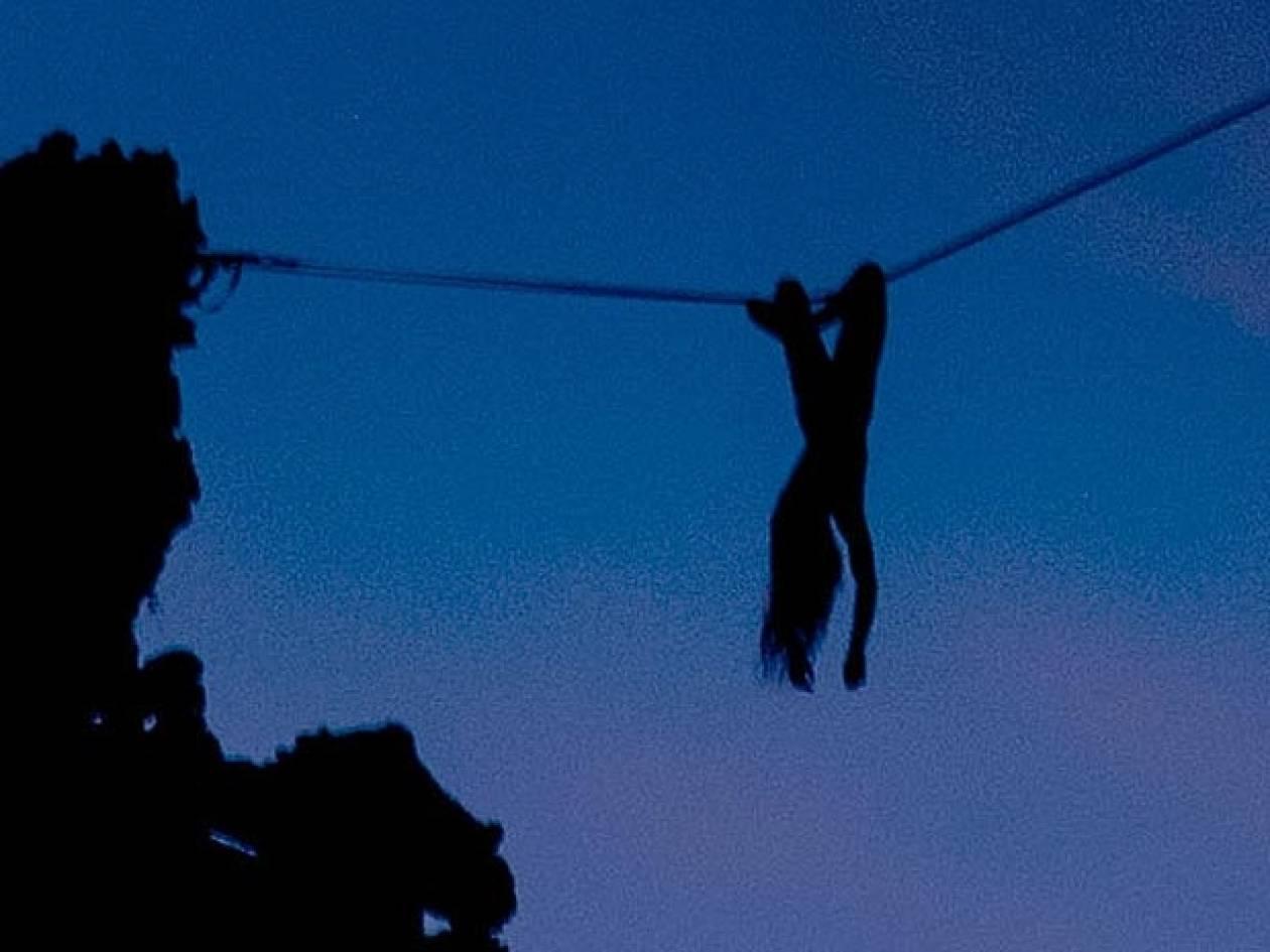 Περπάτησε... γυμνή πάνω σε ένα σκοινί σε ύψος 35 μέτρα (pics)