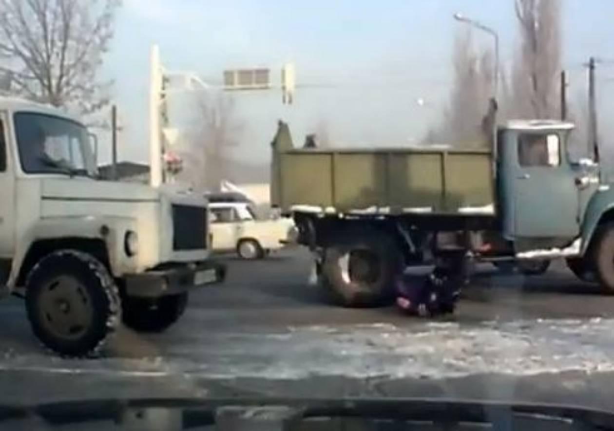 Βίντεο: Φορτηγό παρασύρει αστυνομικό που ρυθμίζει την κυκλοφορία