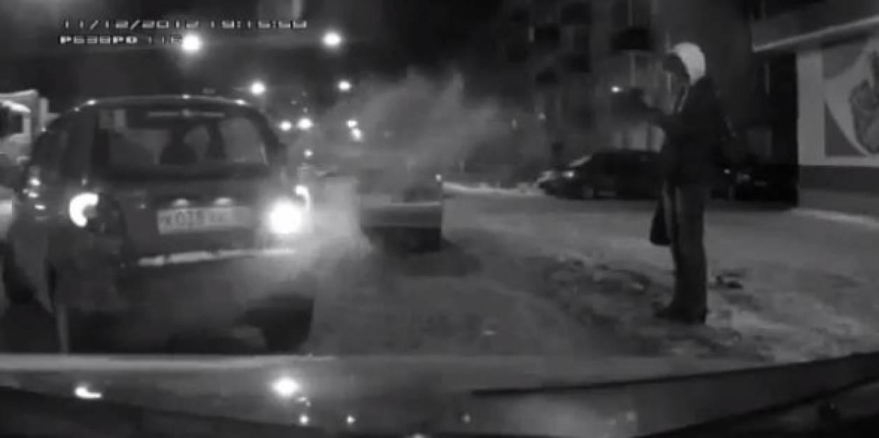 Ξεκαρδιστικό βίντεο: Άστο μεγάλε, μέχρι να παρκάρεις παγώσαμε!