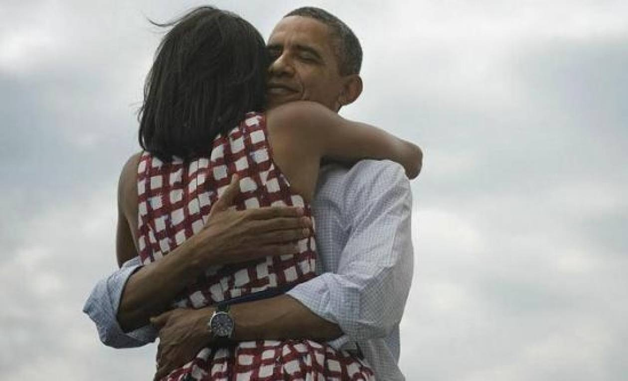 Tι κρύβεται πίσω από την αγκαλιά Ομπάμα- Μισέλ