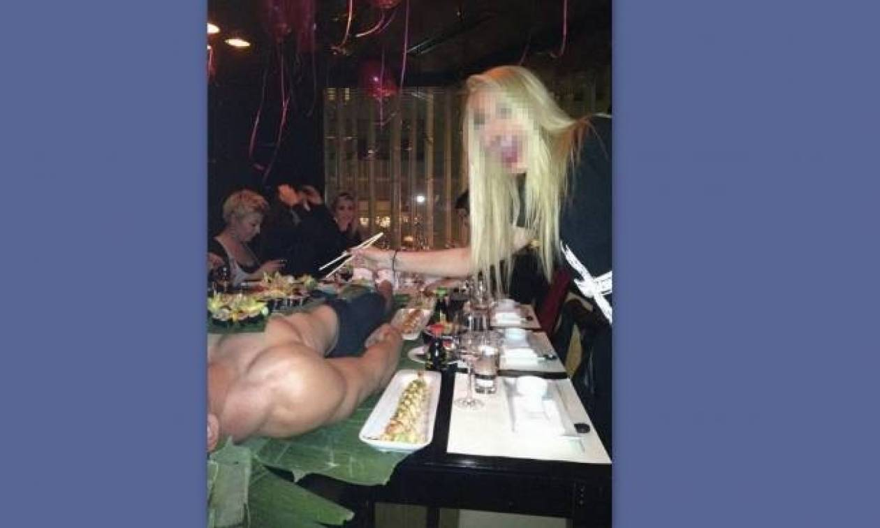 Ελληνίδες τρώνε σούσι πάνω από το σώμα ενός ημίγυμνου άντρα