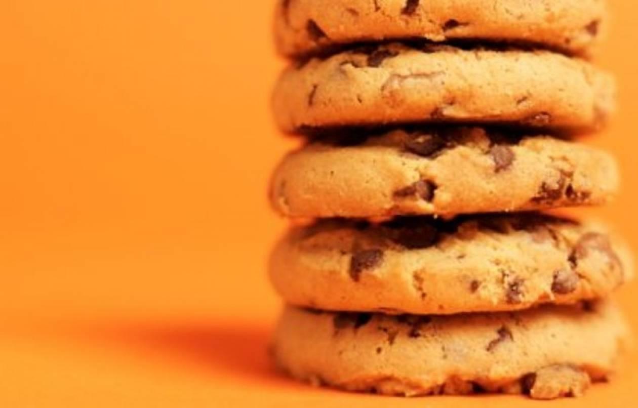 Τραγανά μπισκότα με κομματάκια σοκολάτας και φιστικoβούτυρο