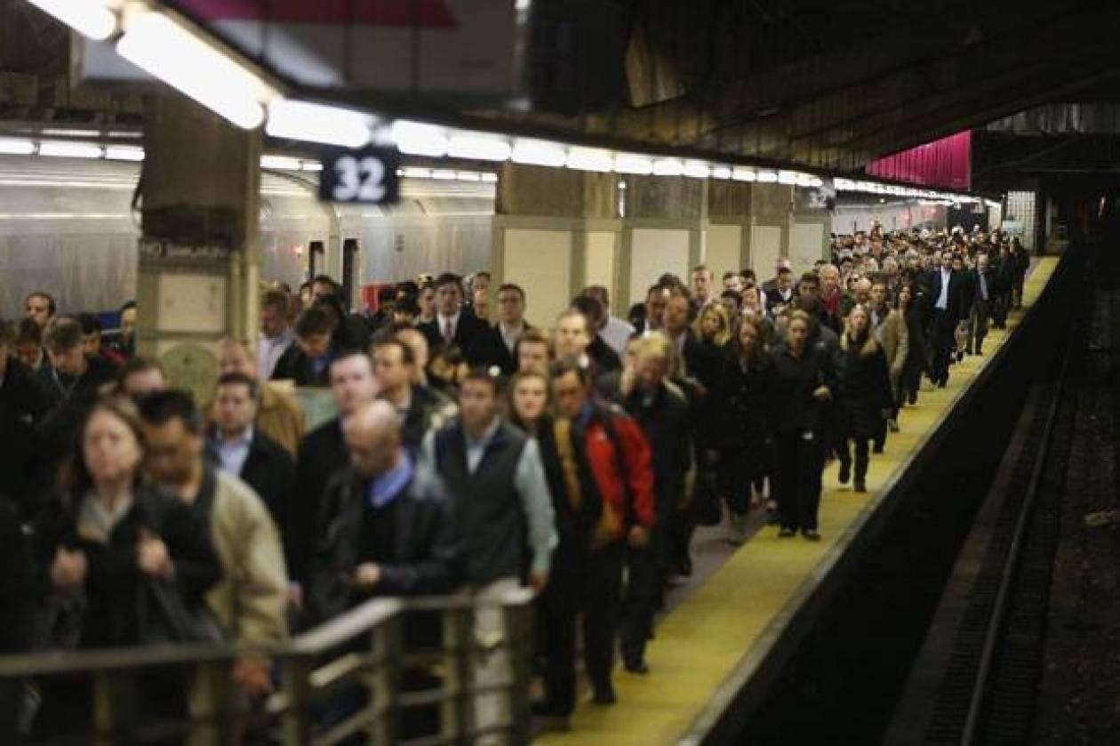 Εσπρωξε Ινδό μετανάστη στις ράγες του μετρό