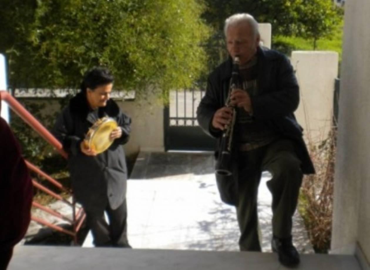 Ζευγάρι ηλικιωμένων είπε τα κάλαντα για να πληρώσει τη ΔΕΗ