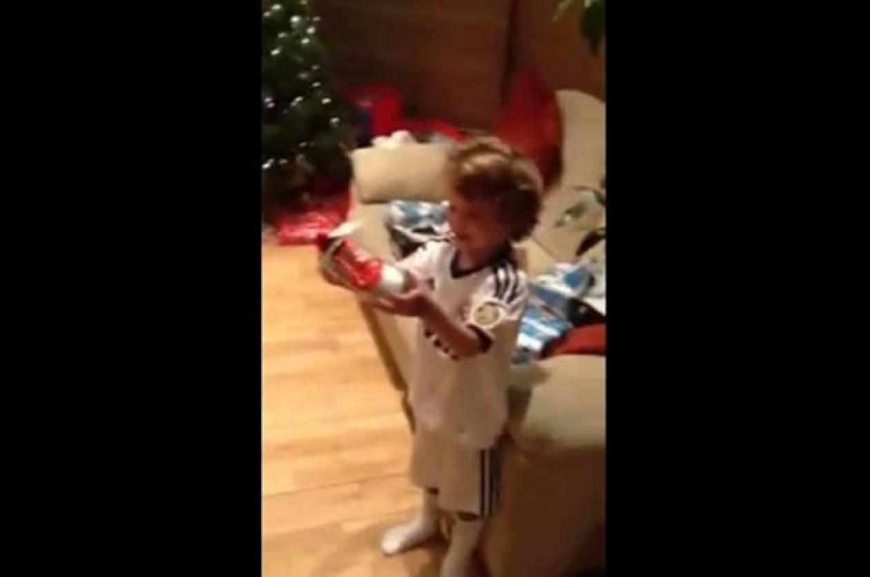 «Τρελάθηκε» ο μικρός… Μαδριλένος με τα παπούτσια του Μέσι! (video)