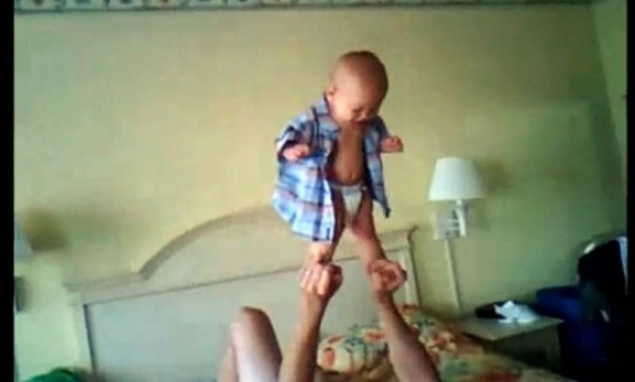 Ακροβατικά κόλπα από μωρό 7 μηνών!