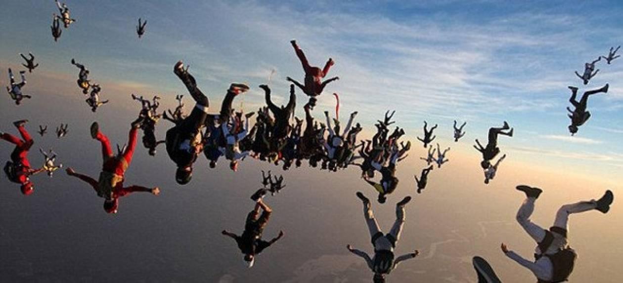 Εντυπωσιακό βίντεο: 138 άτομα έκαναν μαζί ελεύθερη πτώση
