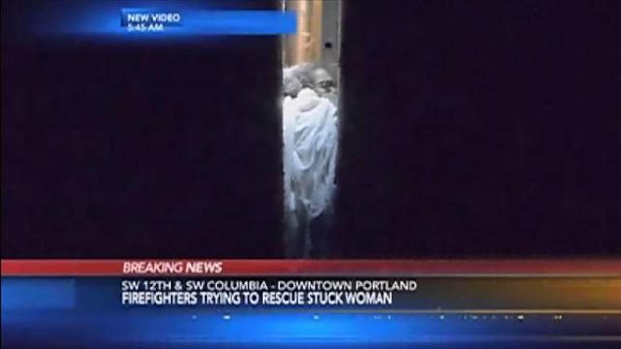 Απίστευτο: Γυναίκα σφήνωσε ανάμεσα σε 2 κτίρια!