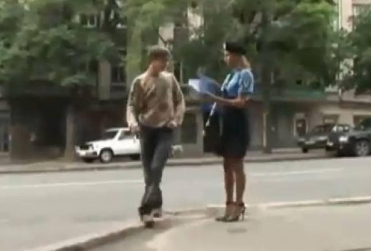 Βίντεο: Η αστυνομικός που προκαλεί... εγκεφαλικά στους περαστικούς