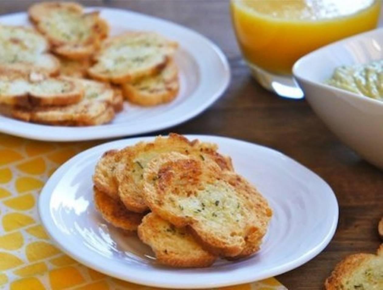 Τραγανά τσιπς μπαγκέτας με σκόρδο και δενδρολίβανο