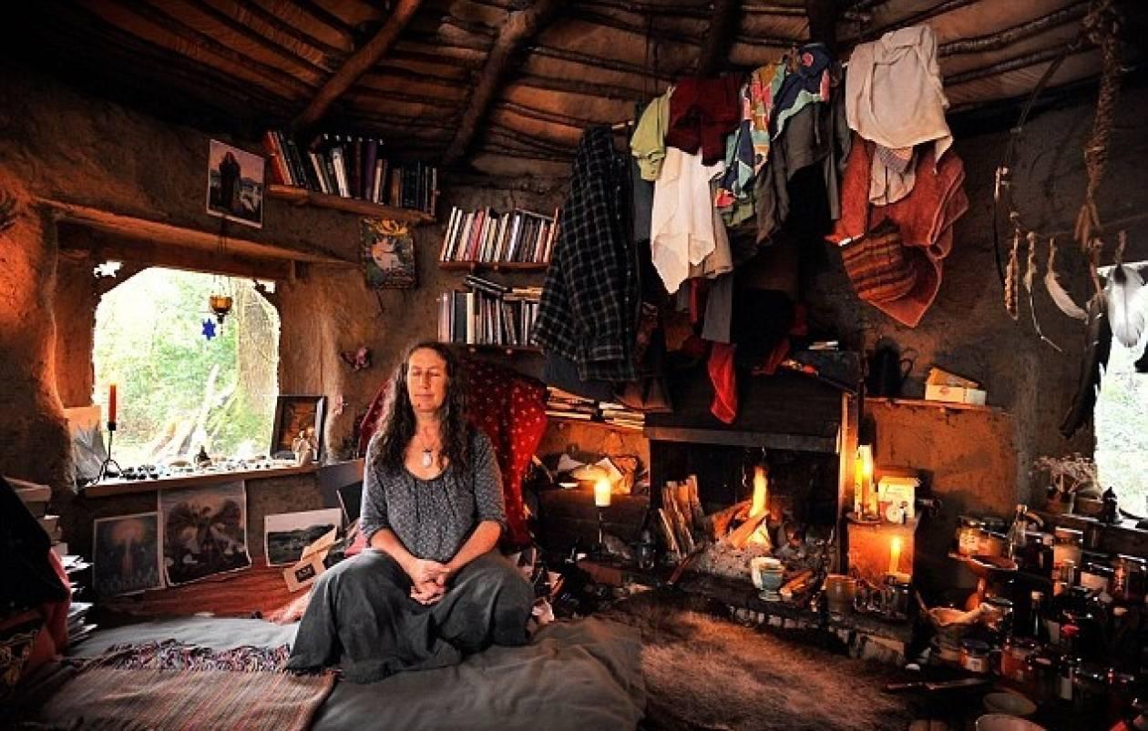 Ζει σε σπίτι που έφτιαξε από.... περιττώματα αλόγων (pics)