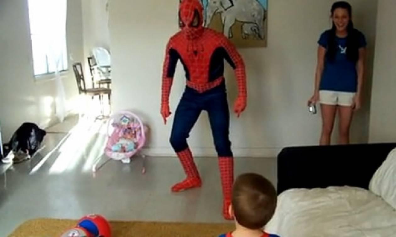 Βίντεο: Δείτε πώς αντιδρά ένας μπόμπιρας όταν βλέπει τον... Spiderman!