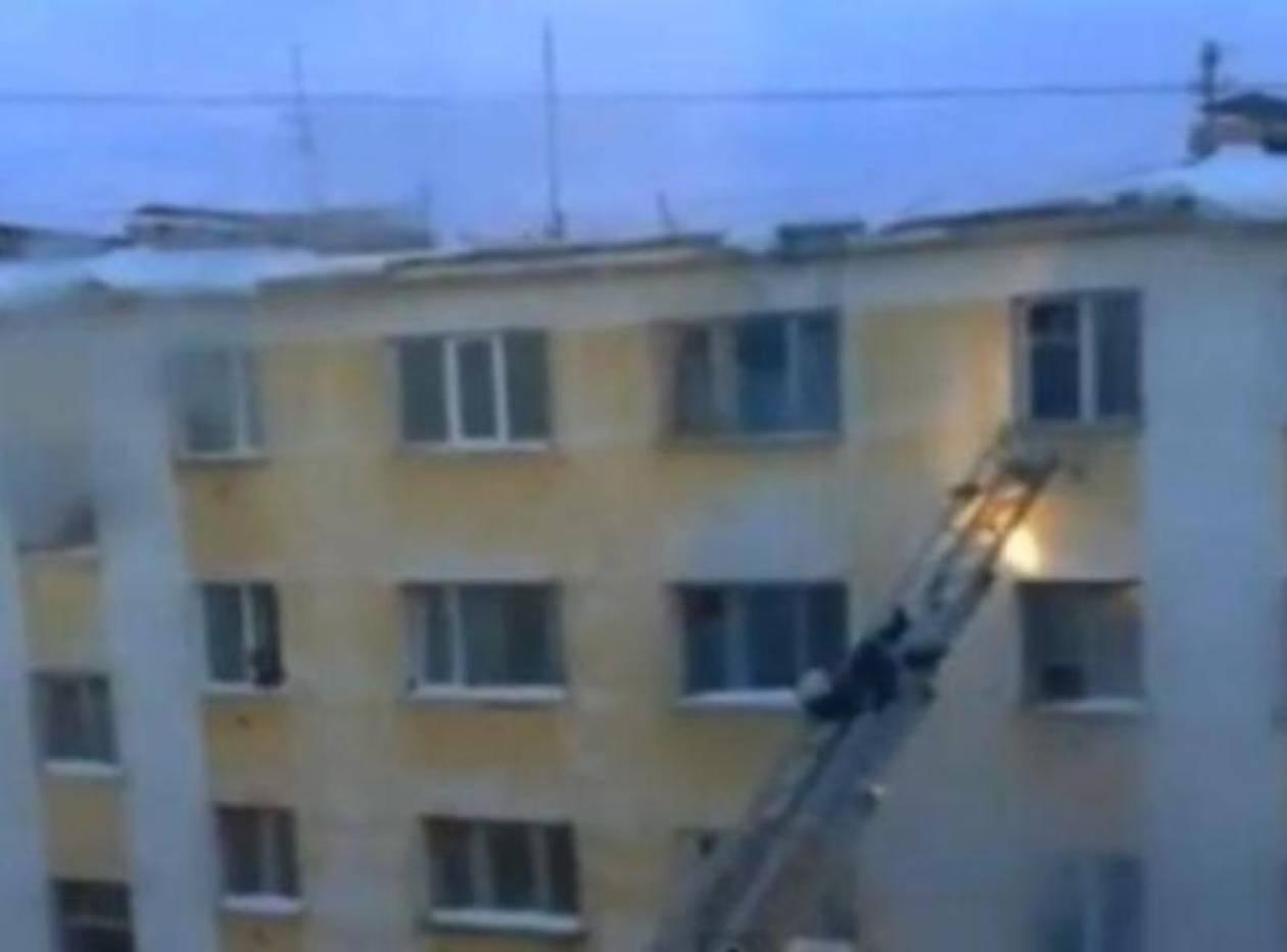 Βίντεο: Δείτε τι έκανε ένας πυροσβέστης για να σώσει ένα βρέφος
