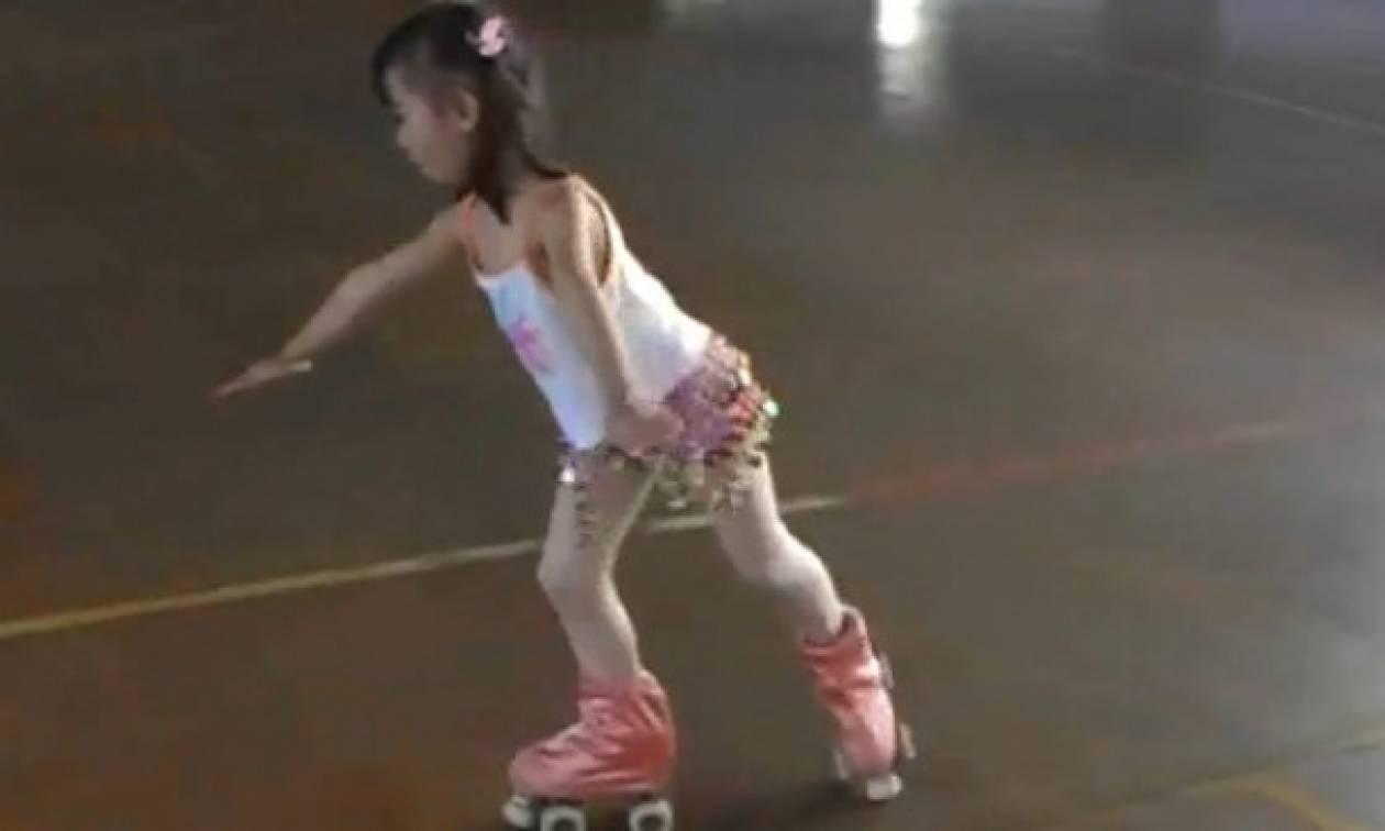 Βίντεο: Μια επτάχρονη επαγγελματίας roller skating
