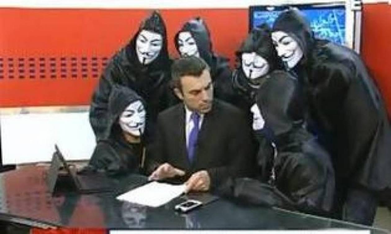 Παρουσιαστής ειδήσεων σοκάρεται από εισβολή των Anonymous στο πλατό