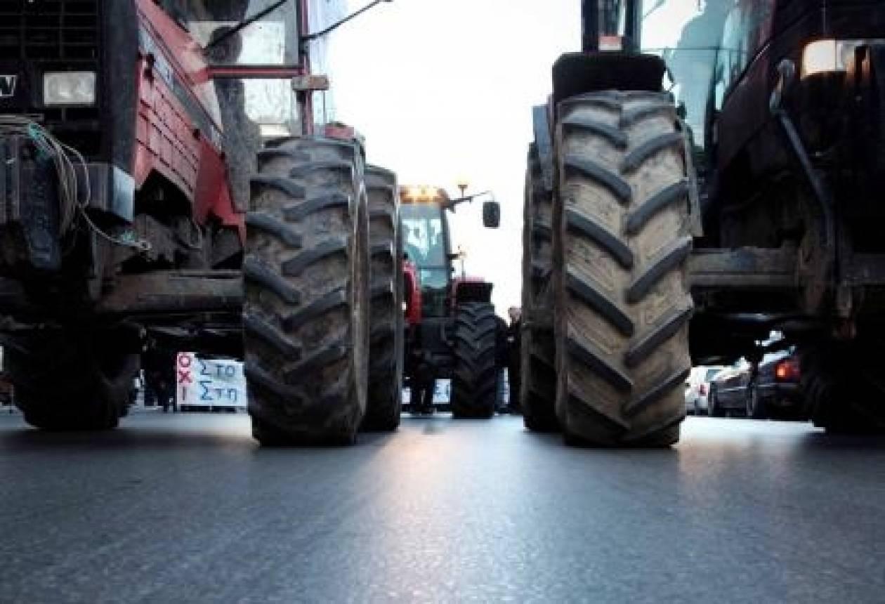 Συμβολική διαμαρτυρία αγροτών έξω από υποκατάστημα της ΔΕΗ