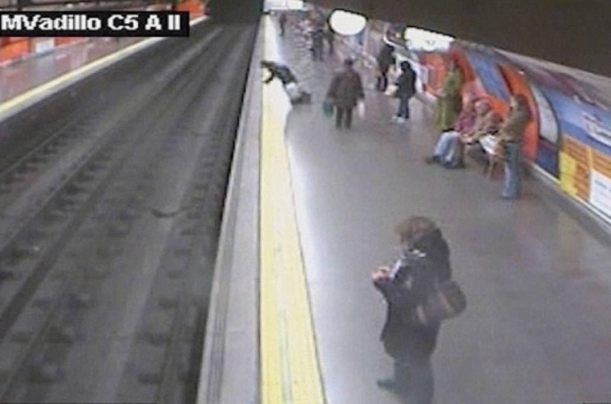 Βίντεο-σοκ: Γυναίκα έπεσε στο μετρό της Μαδρίτης