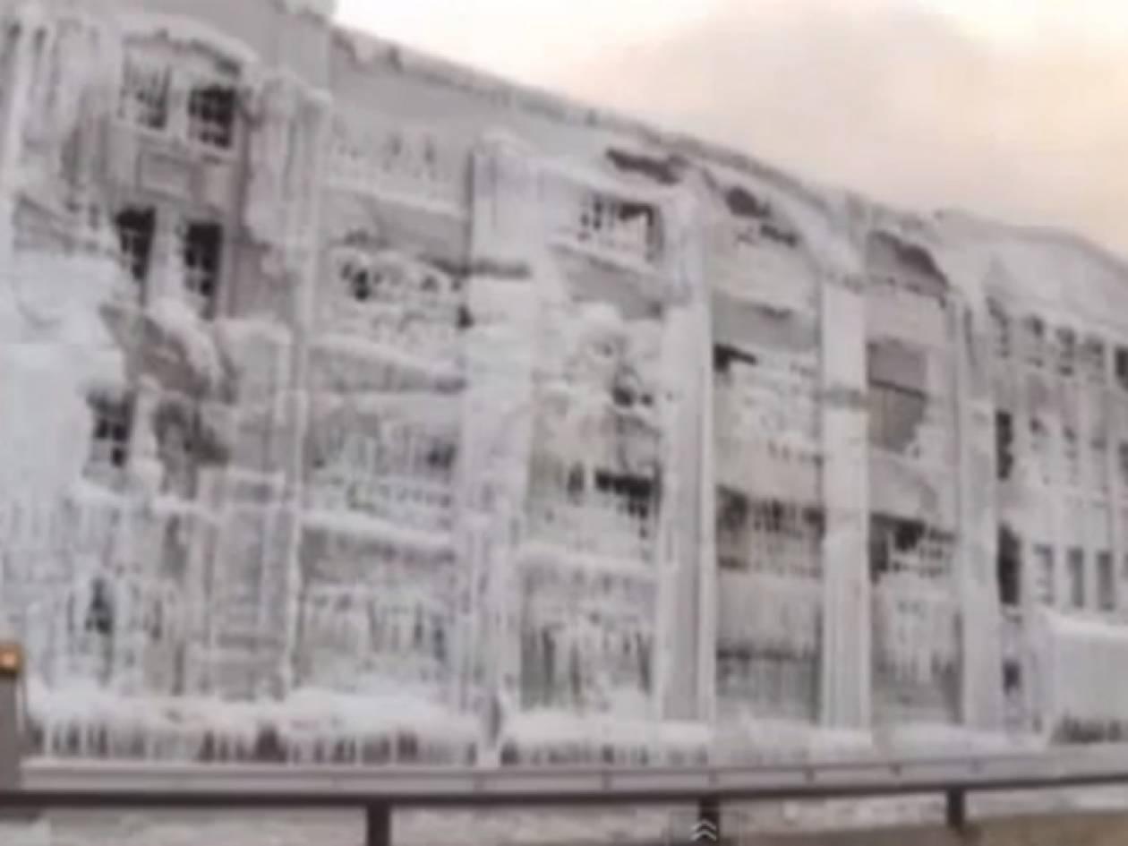 Απίστευτο βίντεο: Φλεγόμενο κτίριο πάγωσε από το ψύχος!