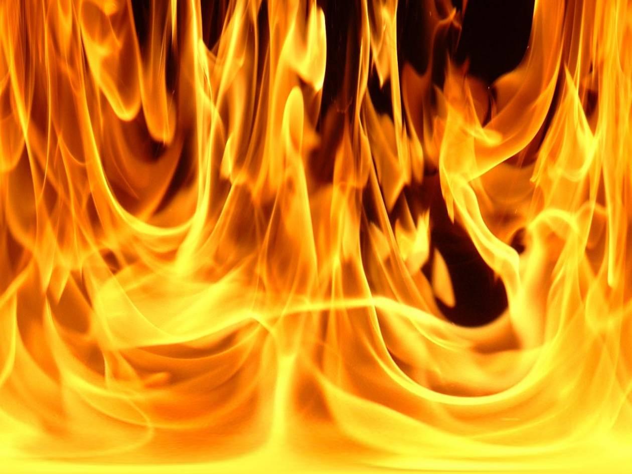 Στις φλόγες φανοποιείο στον Βόλο