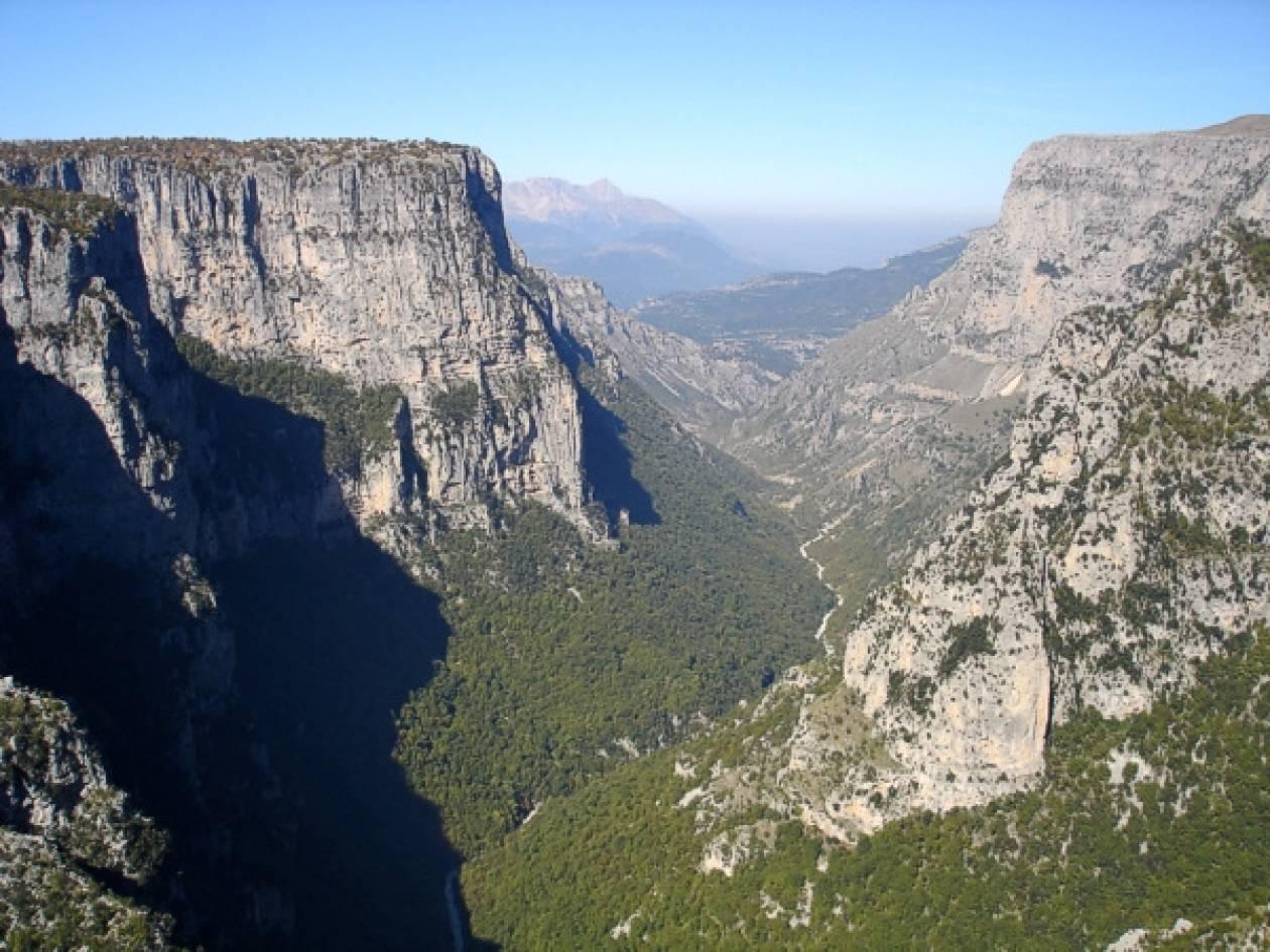 ΤΩΡΑ: Ώρες αγωνίας για ορειβάτη που έπεσε σε χαράδρα
