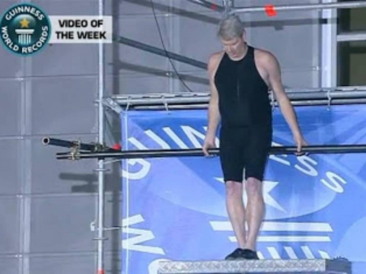 Βίντεο: Ρεκόρ Γκίνες με βουτιά θανάτου σε πισίνα 30 εκατοστών!
