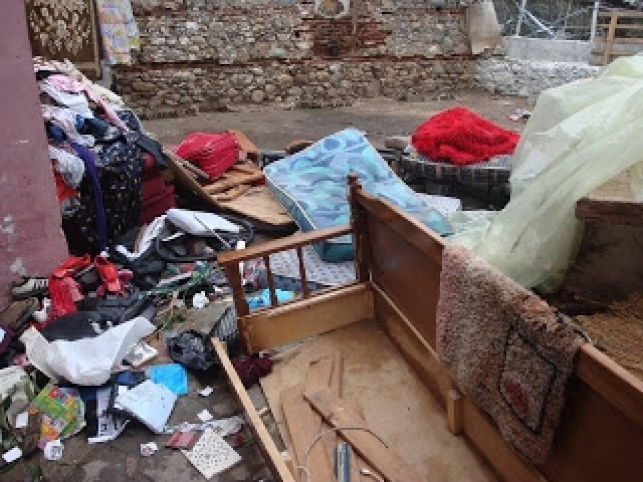 Σοκ: Εξαμελής οικογένεια κοιμάται στο πάτωμα (pics-vid)