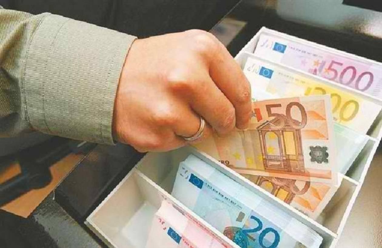 Τραπεζικός υπάλληλος «τσέπωνε» λεφτά και πλαστογραφούσε επιταγές